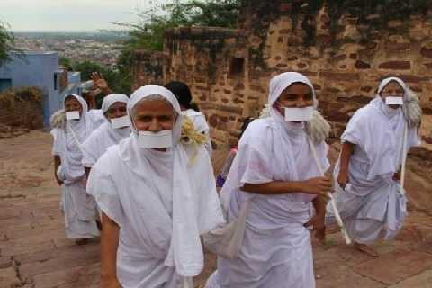 I Giainisti, gli asceti di Bombay (Clea Chakraverty)